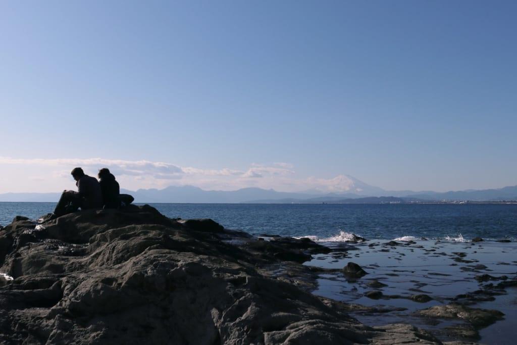 le mont fuji depuis les rives rocailleuses de chigogafuchi à enoshima