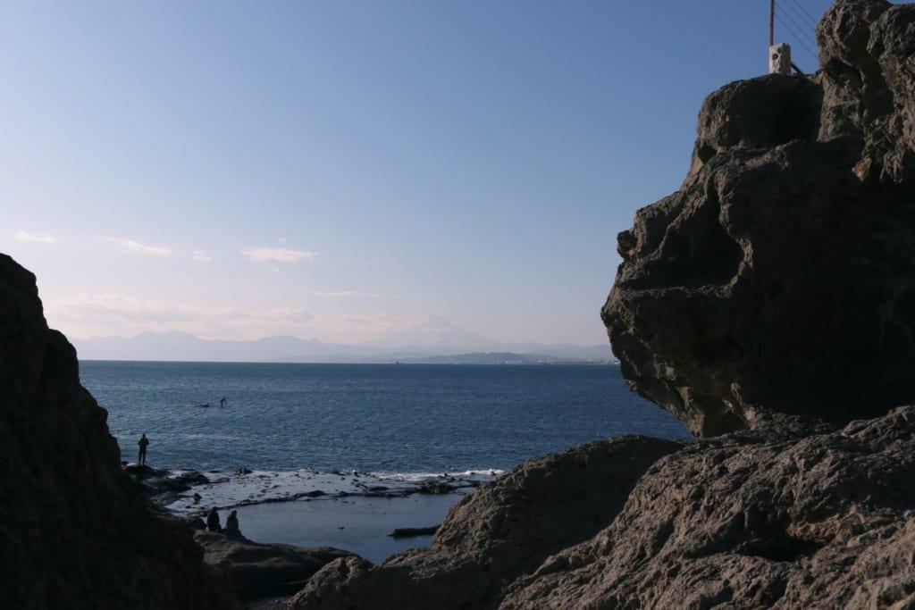 la mer qui s'étend à perte d'horizon depuis enoshima
