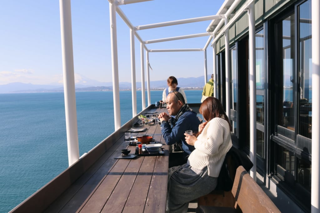La terrasse du restaurant uomitei surplombant la mer sur l'île d'enoshima
