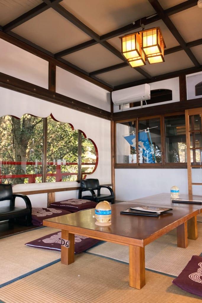 la salle traditionnelle japonaise du restaurant uomitei à enoshima