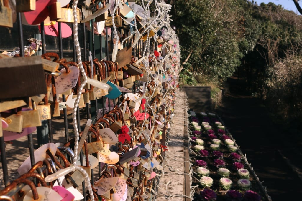 les cadenas accrochés par des amoureux sur l'île d'enoshima