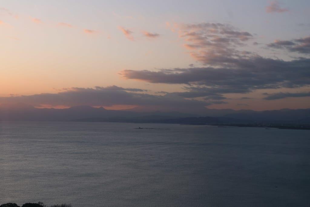 le soleil se couche sur enoshima