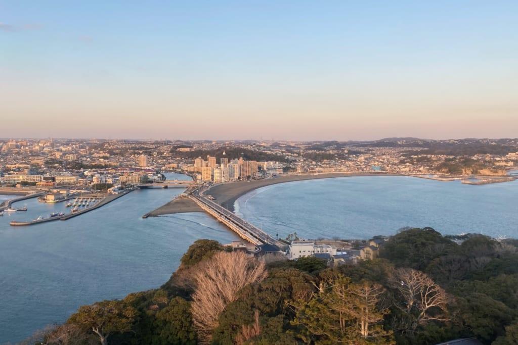 les derniers rayons de soleil éclairent le pont menant à enoshima