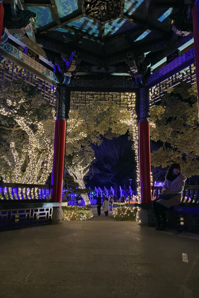 les illuminations du shonan no hoseki depuis une tonnelle du jardin samuel cocking à enoshima