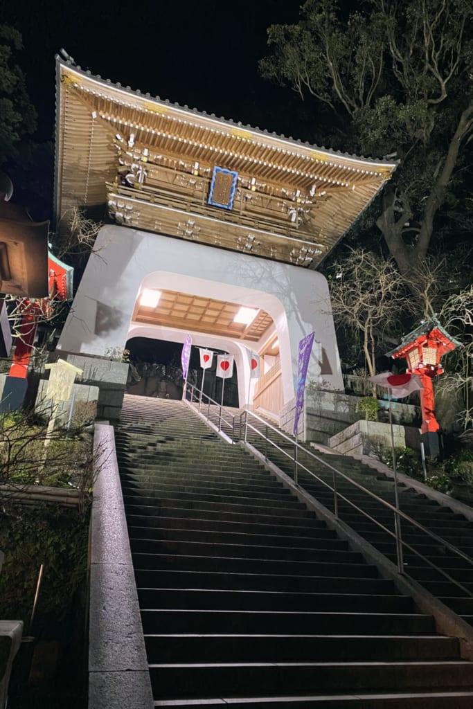 le grand torii d'enoshima éclairé durant la nuit