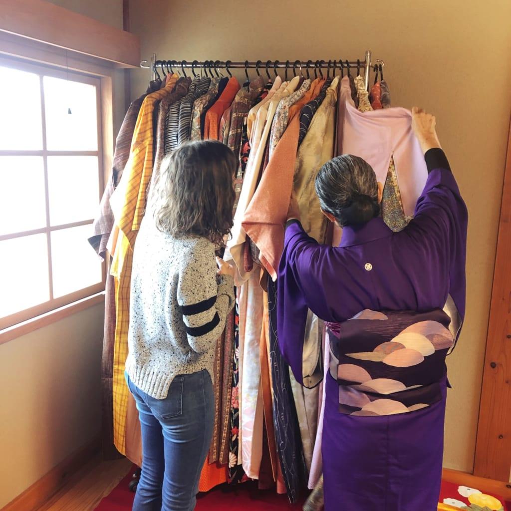 je choisis mon kimono avant d'aller assister à la cérémonie du thé