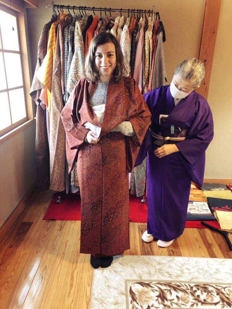 me voilà vêtue d'un kimono, prête à assister à la cérémonie du thé