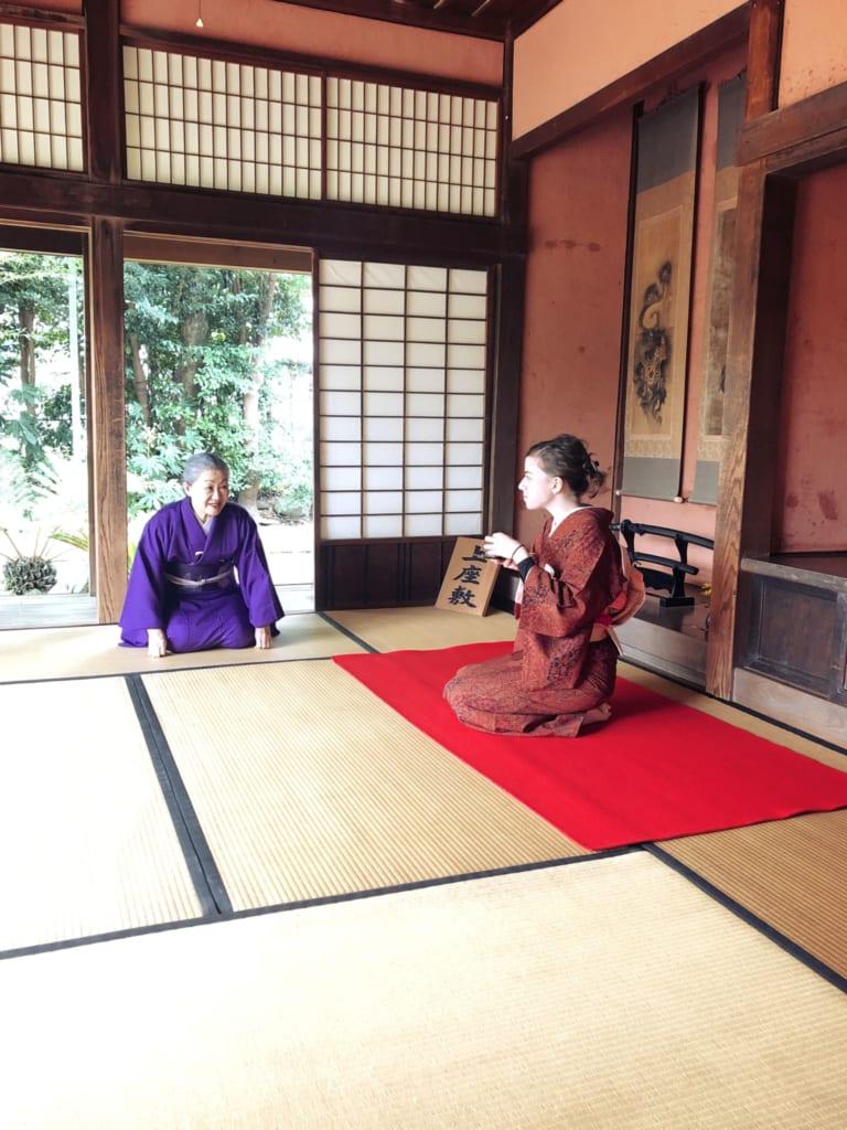 je découvre la cérémonie du thé dans une vieille maison de samouraï