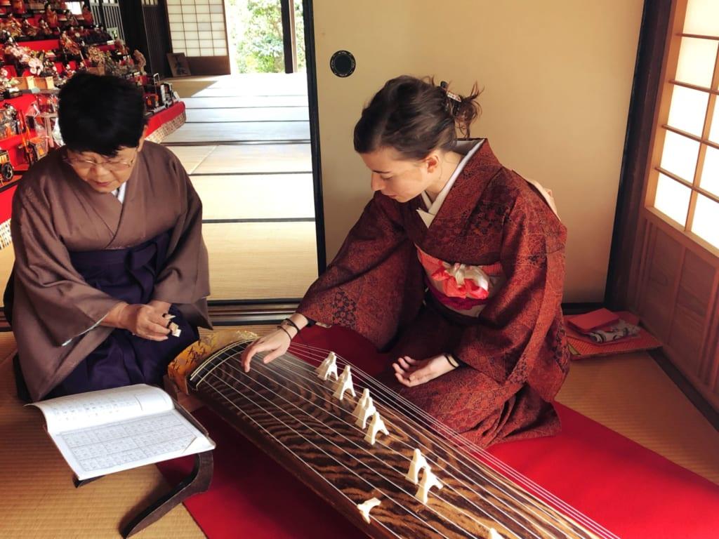 après la cérémonie du thé j'ai la chance d'apprendre à jouer du koto