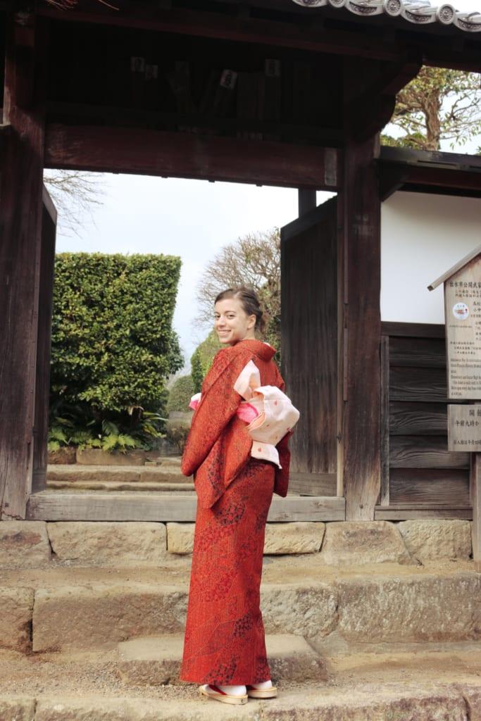 En photo avec mon kimono devant une maison de samouraï