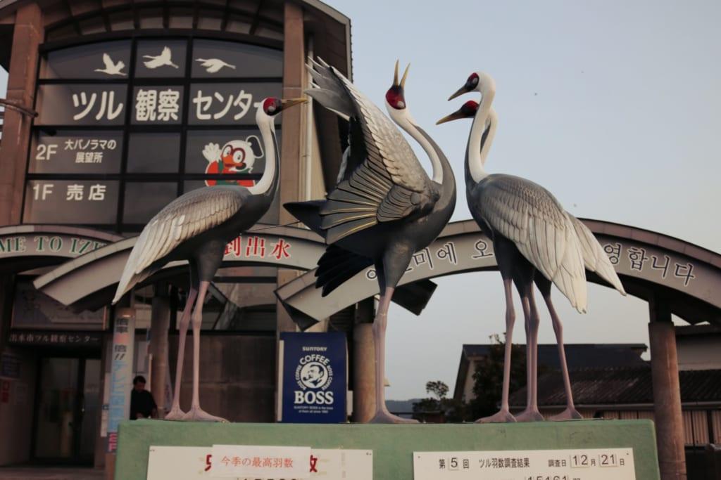 une statue des grues j'aponaises d'Izumi