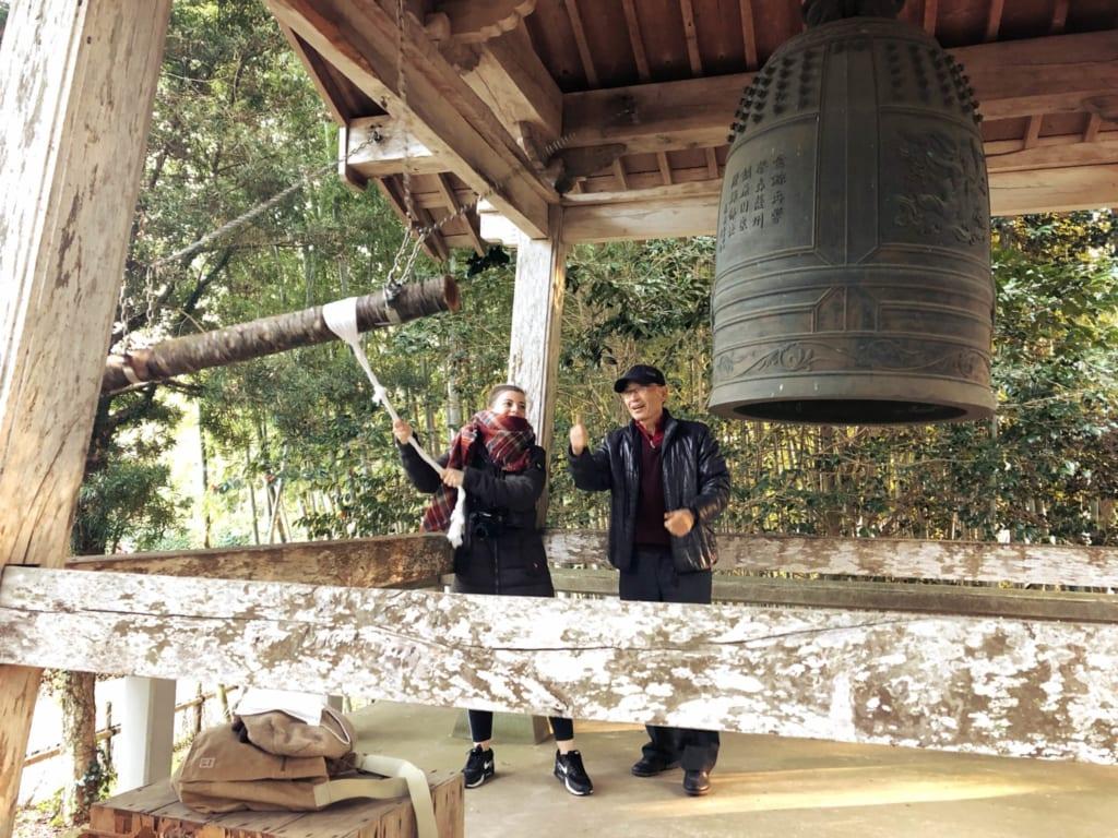 je fais sonner la cloche du temple