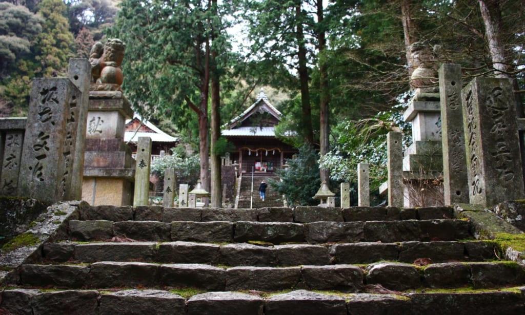 les marches très anciennes du sanctuaire de Soukouchi