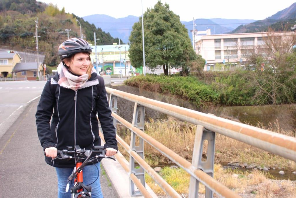 explorer toon, à shikoku, sur un vélo électrique