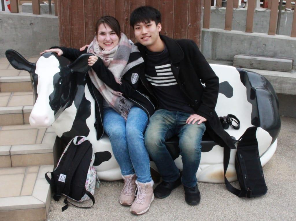 photo souvenir en compagnie d'une vache en plastique