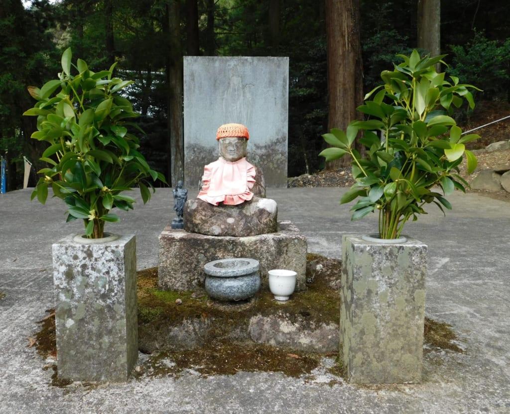 statuette de pierre du temple de Konpiraji à Toon dans la préfecture d'Ehime