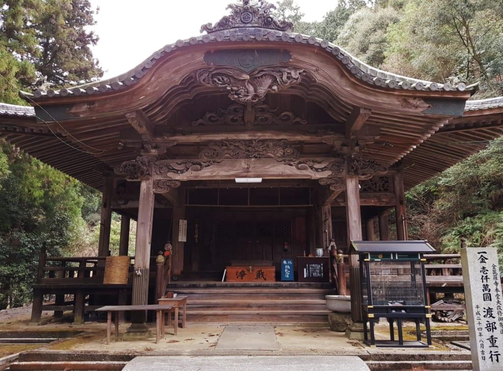 le bâtiment principal du temple de Konpiraji à Shikoku