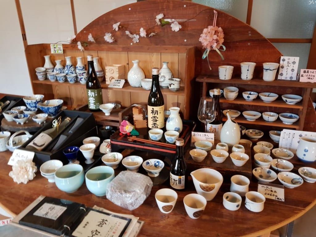 de nombreuses tasses de saké en céramique de Tobe