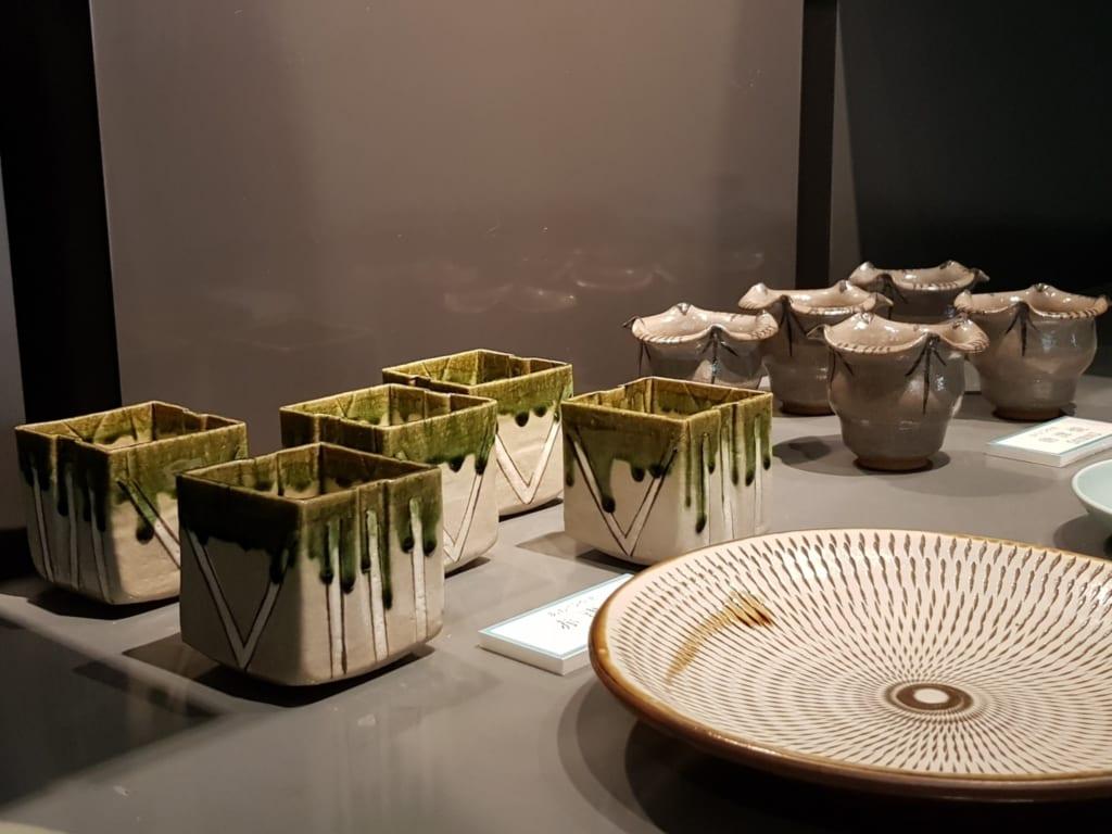 Céramiques de Tobe exposées au Tobeyaki Dento Sangyo Kaikan
