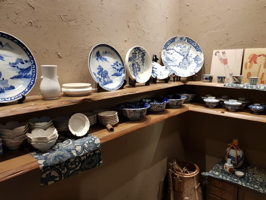 collection de céramiques de Tobe du restaurant Tomi Soba