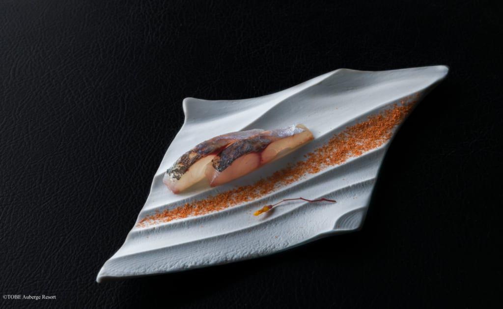 poisson lors du dîner au TOBE Auberge Resort servi dans une assiette en céramique de Tobe