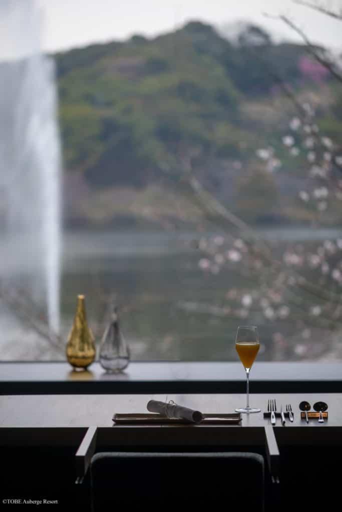 vue sur le lac dans la salle à manger du TOBE Auberge Resort