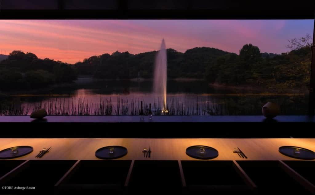 Coucher de soleil sur le lac vu depuis la salle à manger du TOBE Auberge Resort