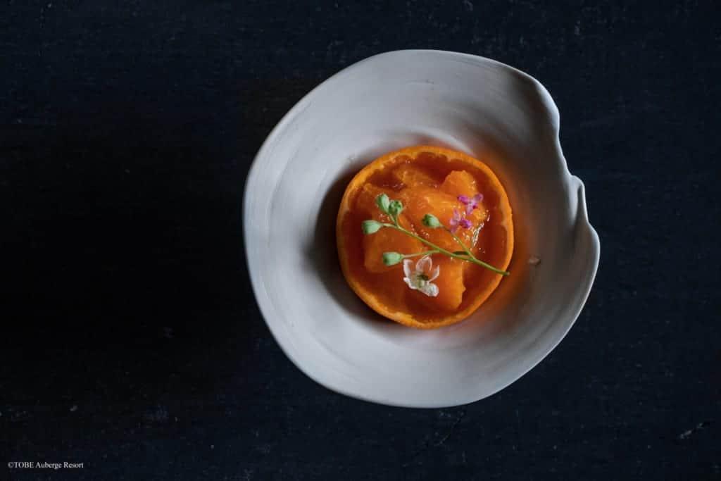 mandarine servie dans une céramique de Tobe
