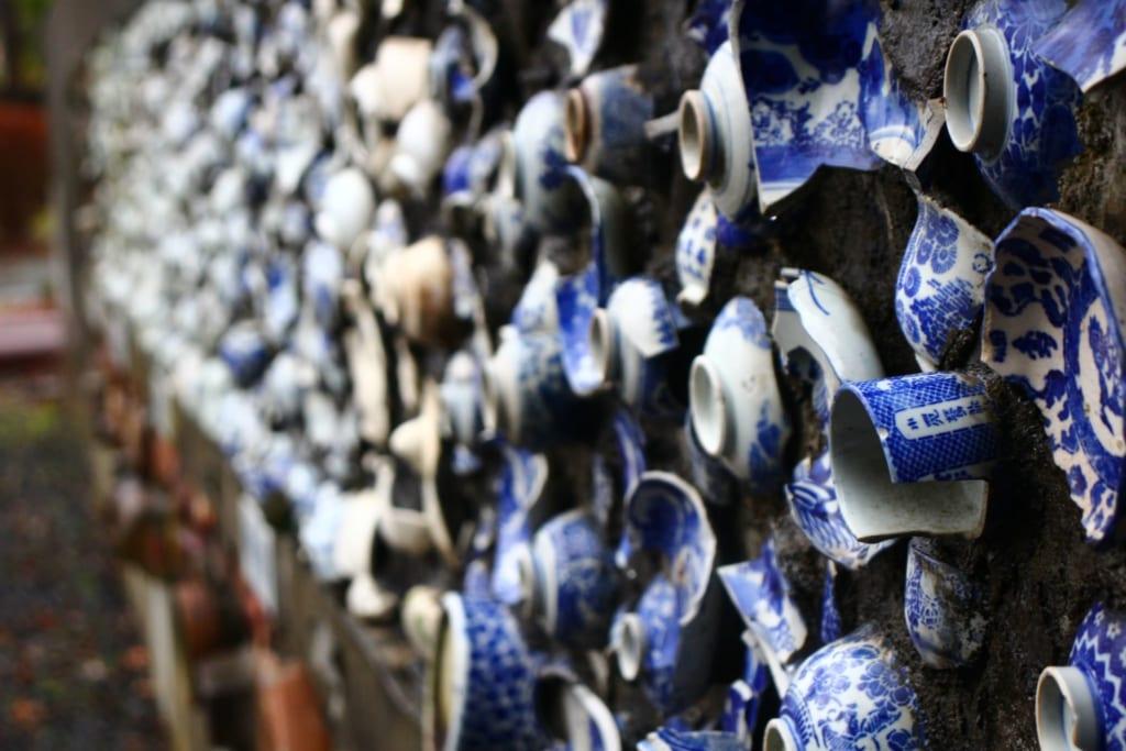 des céramiques japonaises accrochées sur un mur