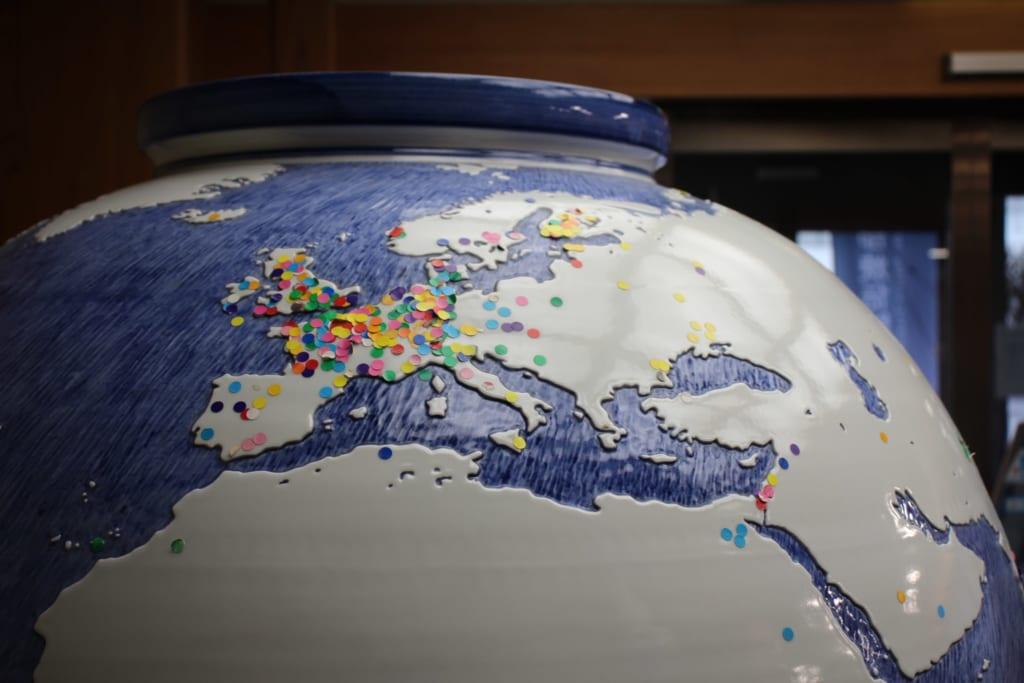 gomettes à positionner sur la carte du monde qui se trouve sur une céramique de Tobe