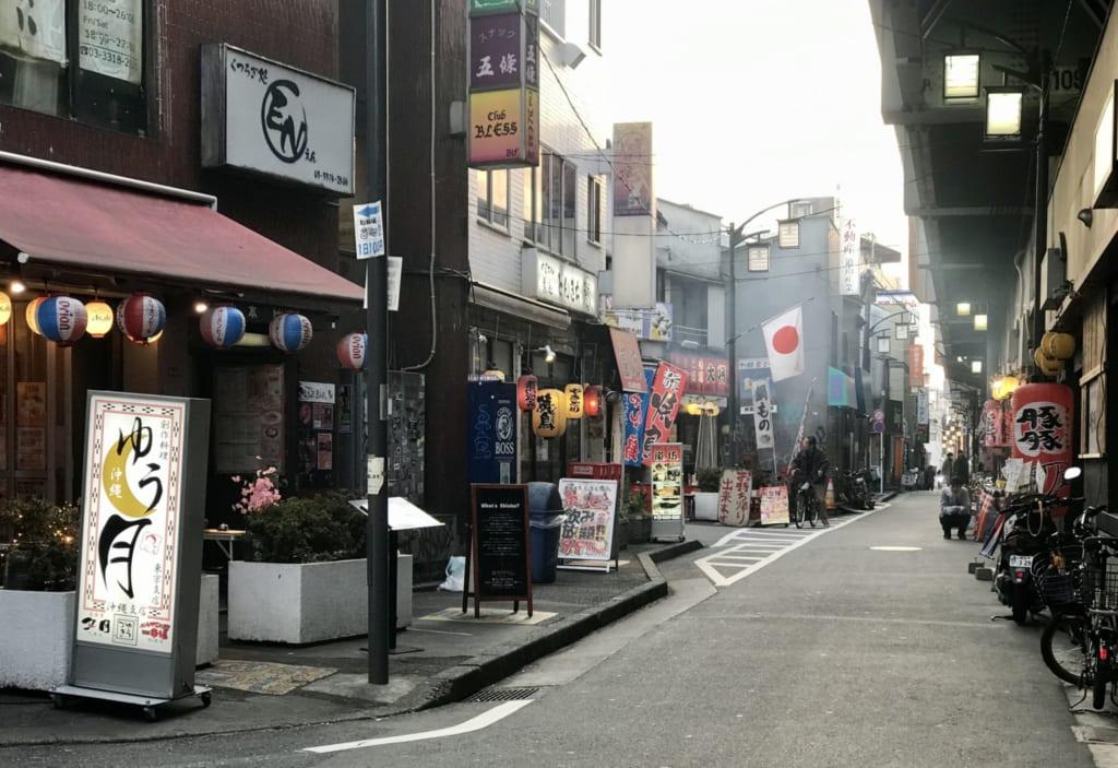 "Vue de la ""yakitori street"" du quartier de Koenji à Tokyo"