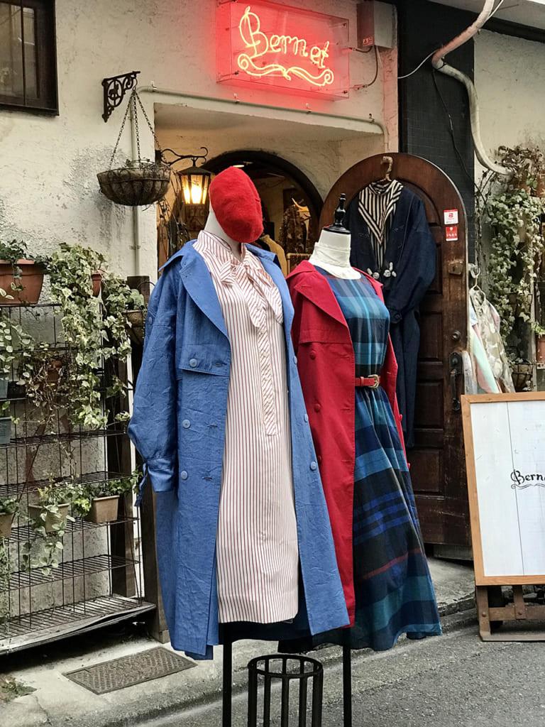 Mannequins présentant des vêtements vintage devant une friperie de Tokyo
