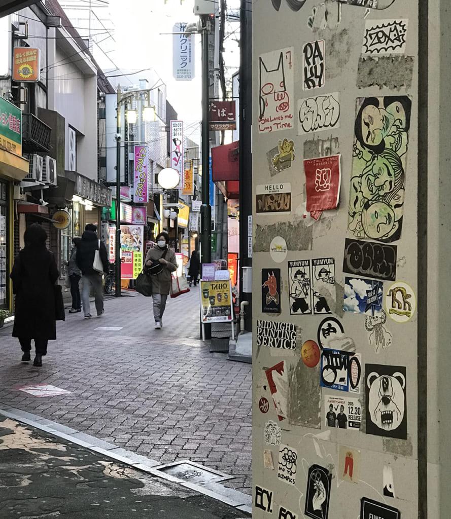 Rue du quartier de Koenji avec mur recouvert de stickers