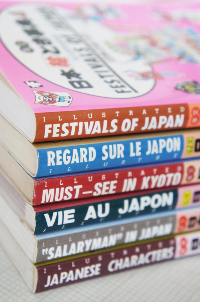 "Tranche de livres de la collection ""Japan in your pocket"""