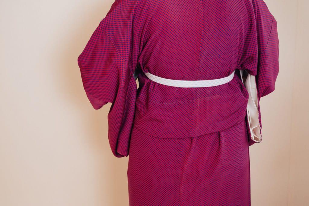 il faut éliminer les plis du kimono