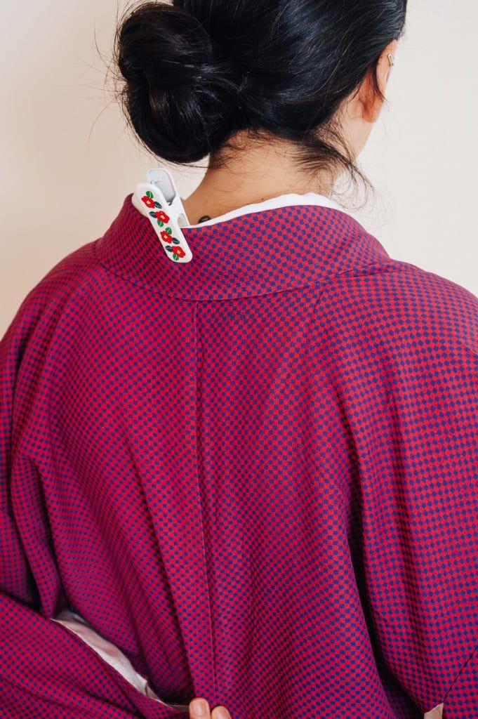 on peut maintenir le col du kimono en place grace à une pince à linge