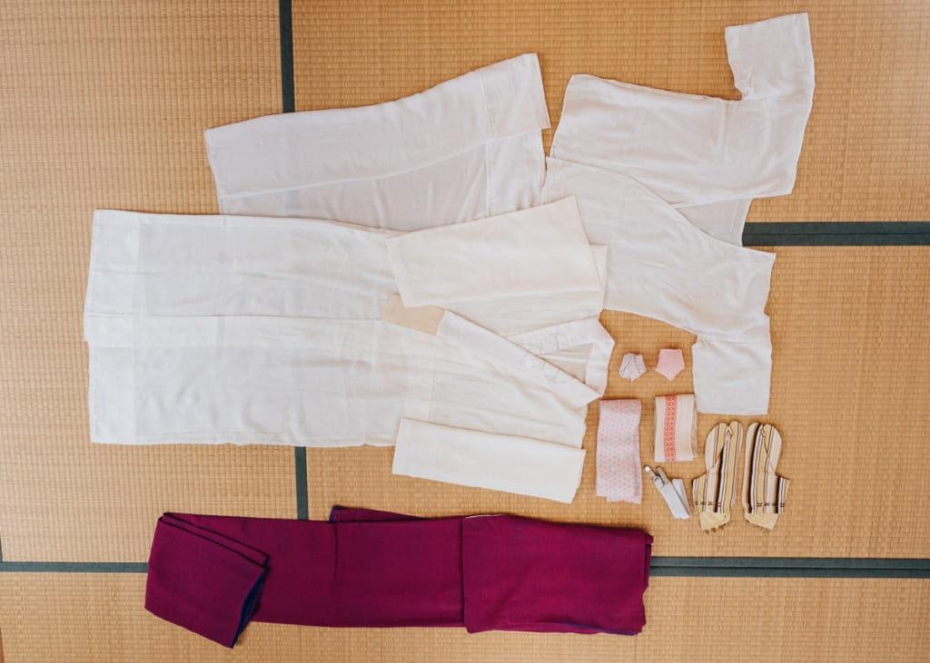 les différents vêtements nécessaire pour s'habiller en kimono