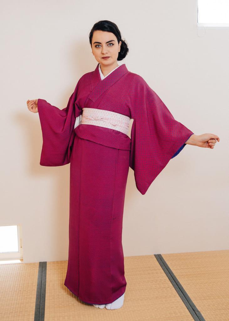 modèle habillée en kimono avant de nouer la ceinture obi
