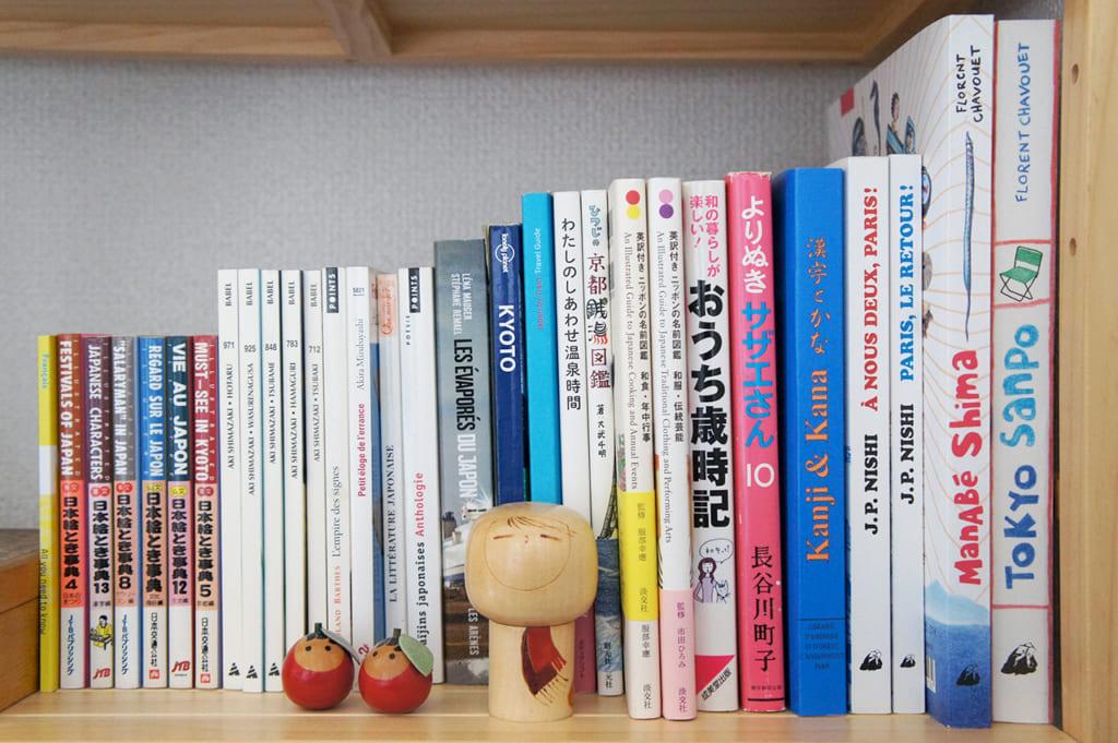 Bibliothèque remplie de livres sur le Japon