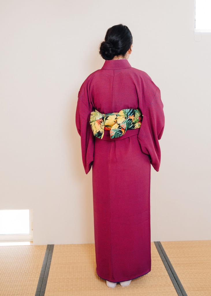 Le dos du kimono et le noeud de style bonko de son hanhaba obi
