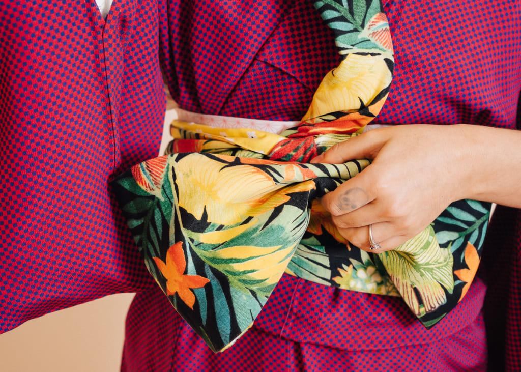 Donner la forme au noeud de l'obi sur le kimono
