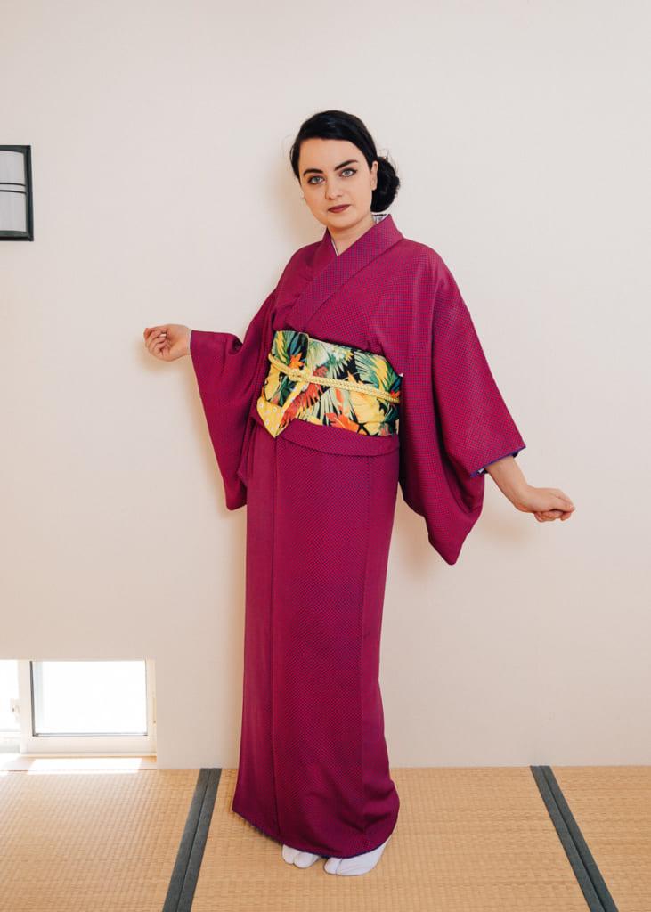L'obi porté sur un kimono dans une mode moderne, sans faire de noeud