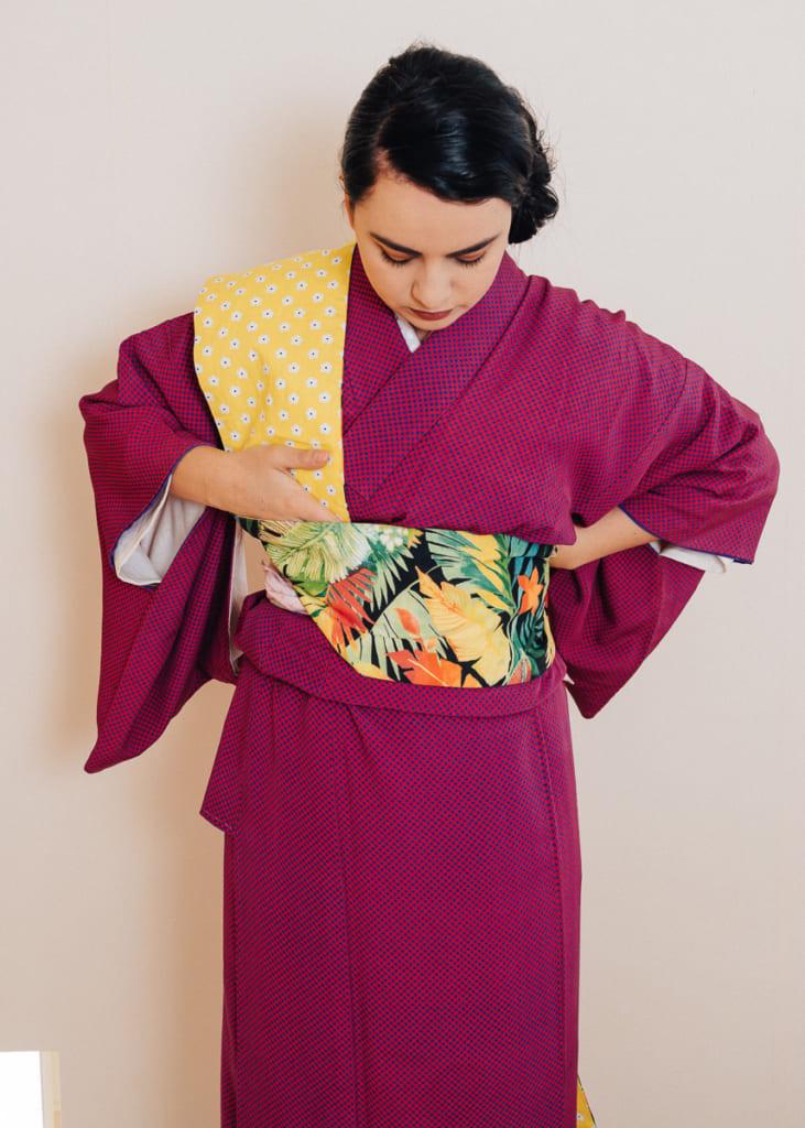 Enrouler le hanhaba obi autour de la ceinture de kimono date-jime