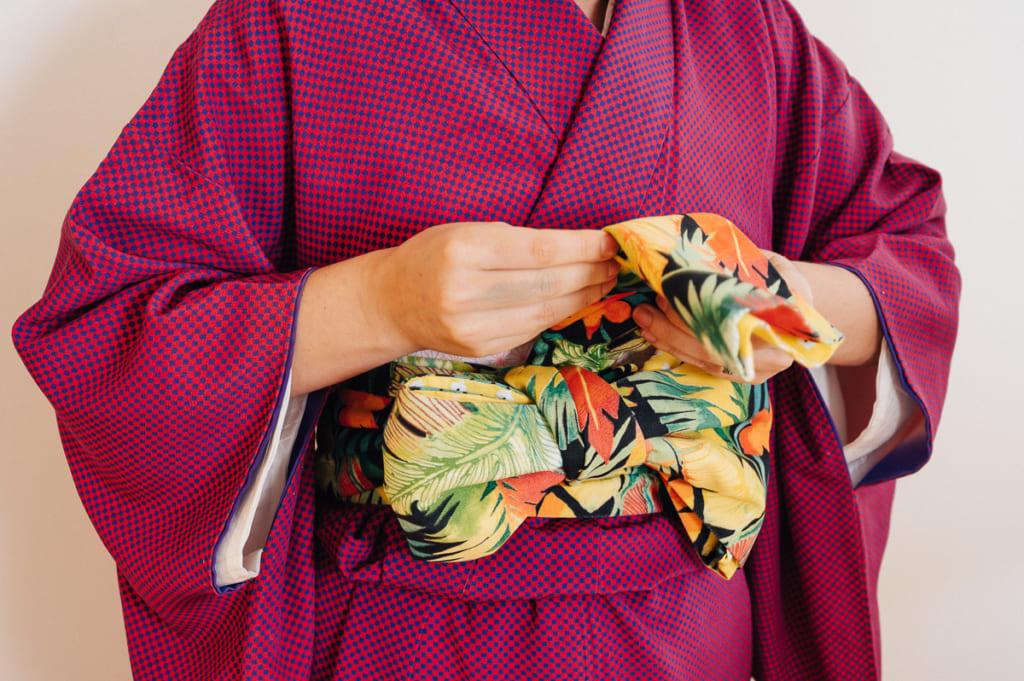 Mise en place du noeud d'un hanhaba obi de style bunko