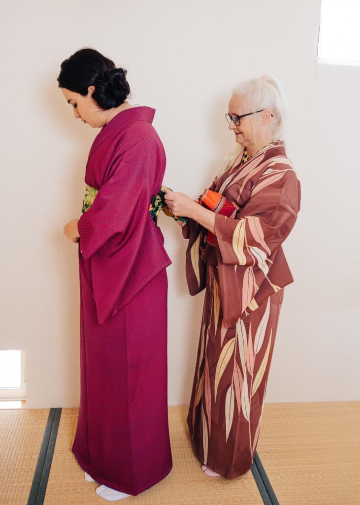 Sheila Cliffe aide Nichole à mettre en place l'hanhaba obi de son kimono komon