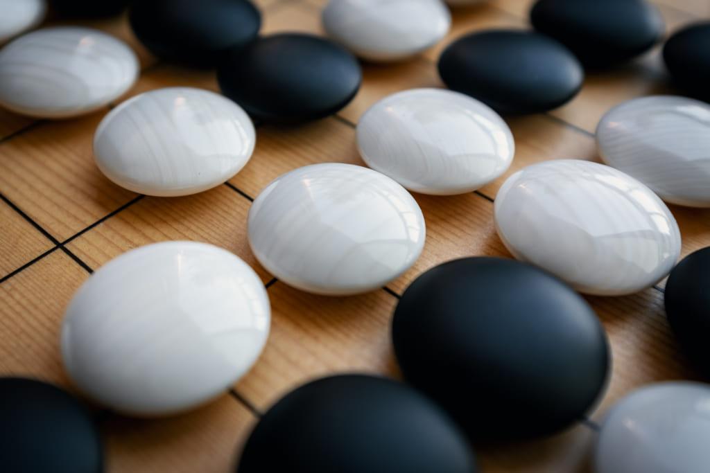 pierres d'un jeu de go traditionnel japonais en ardois et coquillage