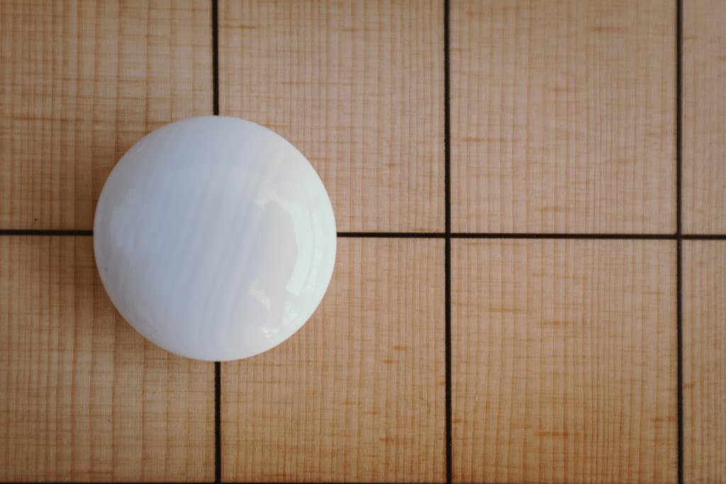 pierre en coquillage sur un jeu de go du japon