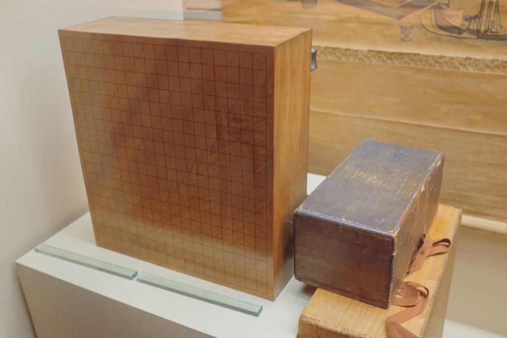 Vieux jeu de go exposé dans le musée de la Nihon Ki-in