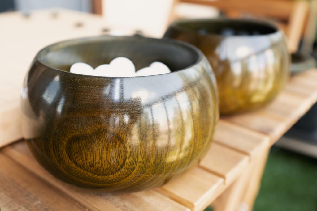 bol d'un jeu de go japonais fait en bois de camphrier