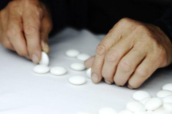 test de qualité pierres de go en coquillage artisan kurokigoishiten à hyuga au Japon